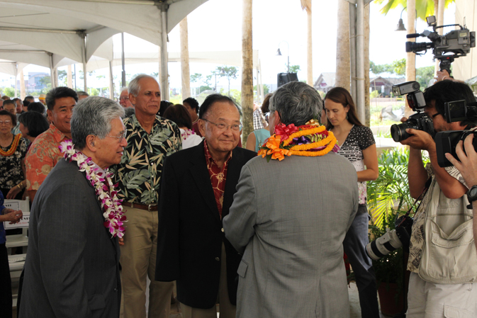 Chief Justice Moon speaks with Senatos Akaka and Inouye