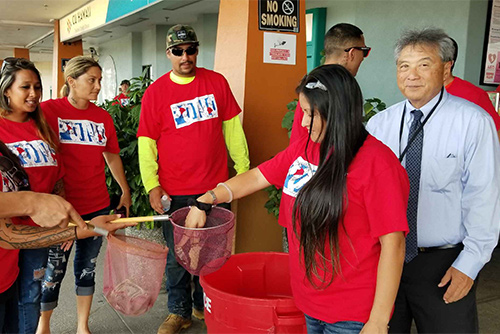 Judge Greg Nakamura with Hilo Drug Court volunteers at the food drive at Hilo KTA store, 05/11/18.